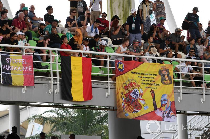 Aficionados con banderas