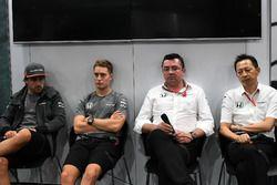 Гонщики McLaren Фернандо Алонсо и Стоффель Вандорн, гоночный директор команды Эрик Булье и руководит