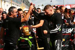 Pere Riba, ganador de la carrera y campeón 2017 Jonathan Rea, Kawasaki Racing