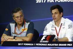Mario Isola, sportief direteur Pirelli Motorsport, Toto Wolff, Executive Director Mercedes AMG F1, tijdens de persconferentie