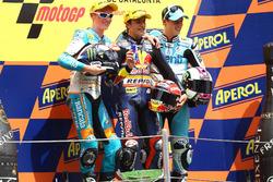 Podio: segundo lugar Bradley Smith, ganador de la carrera Marc Márquez, tercer liugar Pol Espargaró