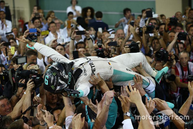 Nico Rosberg foi o segundo colocado em Abu Dhabi e garantiu o título de 2016 com cinco pontos de vantagem sobre Lewis Hamilton.
