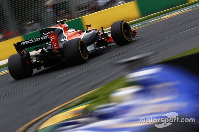 Stoffel Vandoorne, McLaren MCL32, vor Marcus Ericsson, Sauber C36
