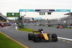 Джолион Палмер, Renault Sport F1 RS17, и Себастьян Феттель, Ferrari SF70H
