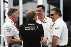 Mike O'Driscoll, Williams, Bob Fernley, Subdirector del equipo, Force India, Eric Boullier, Director de competición, McLaren y Zak Brown, Director Ejecutivo del grupo de tecnología de McLaren, compartan un chiste en el paddock
