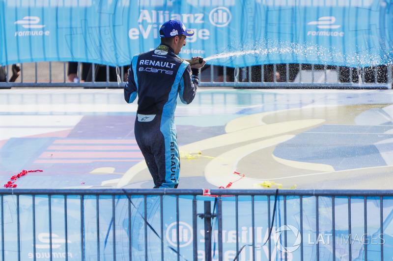 Sébastien Buemi, Renault e.Dams, avec le champagne sur le podium