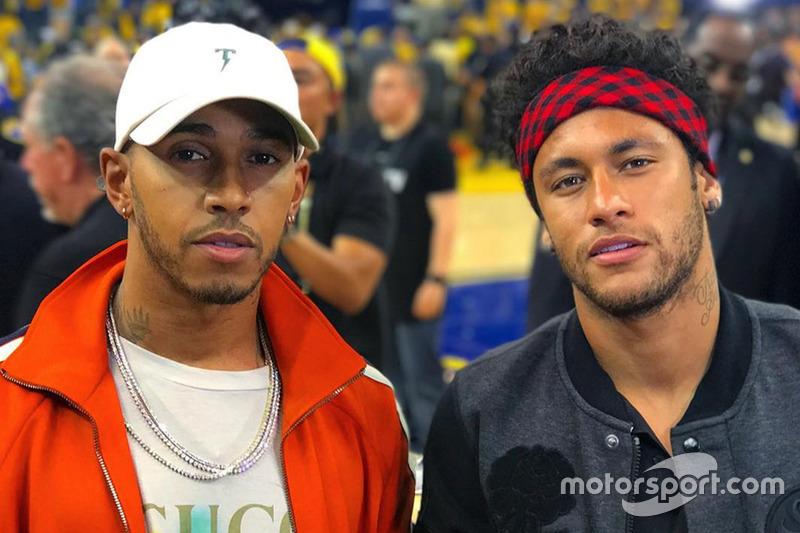 Sus apariciones en medios ajenos a la F1 fueron constantes. Aquí, con Neymar en las finales de la NBA 2017