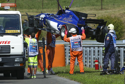 Marshals remove the damaged car of Pascal Wehrlein, Sauber C36-Ferrari, after his FP2 crash