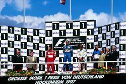 Podium: Race winner Gerhard Berger, Benetton Renault, second place Michael Schumacher, Ferrari, thir