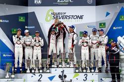 Podio: i vincitori della gara #8 Toyota Gazoo Racing Toyota TS050 Hybrid: Anthony Davidson, Sébastie