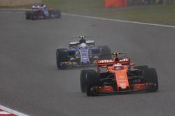 Стоффель Вандорн, McLaren MCL32, впереди Антонио Джовинацци, Sauber C36