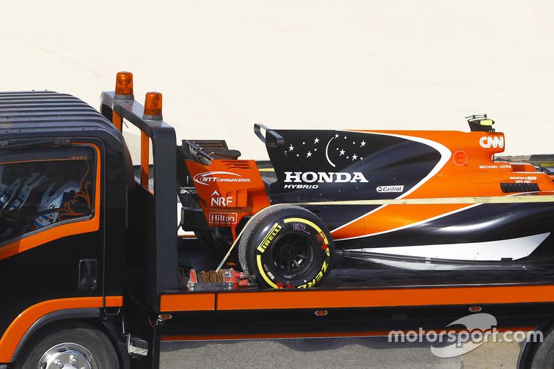 The car of Stoffel Vandoorne, McLaren MCL32, is returned to the garage