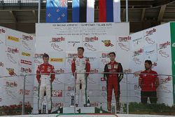 Podio Gara 2: il vincitore Juri Vips, Prema Powerteam; il secondo classificato Marcus Armstrong, Pre