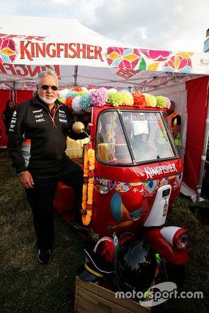 Dr. Vijay Mallya, proprietario del Sahara Force India Formula One Team con un rickshaw Kingfisher