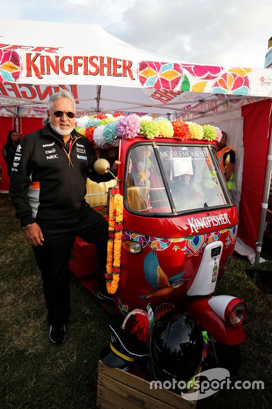 Dr. Vijay Mallya, dueño de Sahara Force India Formula One Team con Kingfisher rickshaw