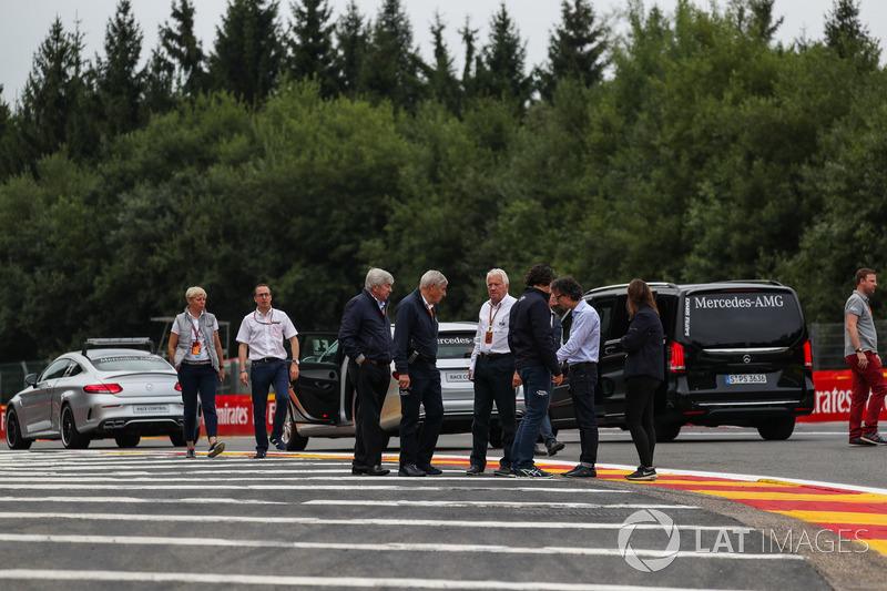 Charlie Whiting, Delegato FIA guarda la pista