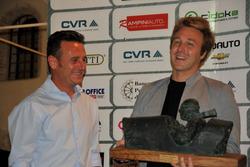 Davide Vaslecchi riceve da Luca Uccellani il Memorial Barbetti
