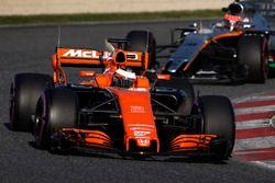 Stoffel Vandoorne, McLaren MCL32; Esteban Ocon, Force India VJM10