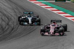 Sergio Perez, Sahara Force India VJM10 en Lewis Hamilton, Mercedes-Benz F1 W08