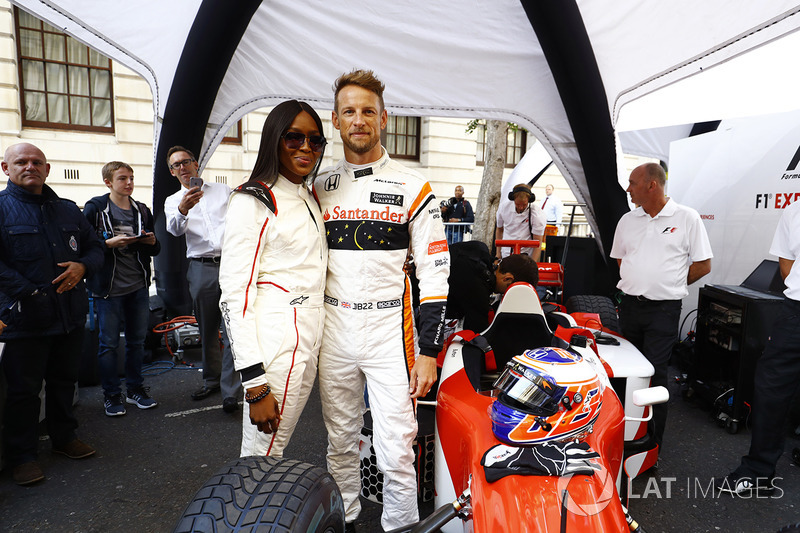 Jenson Button, McLaren, mit Naomi Campbell, Model