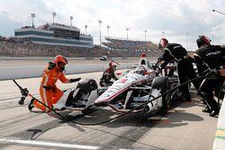 Helio Castroneves, Team Penske Chevrolet, s'arrête au stand