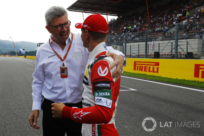 Mick Schumacher habla con Ross Brawn, Director General de Motorsports, FOM