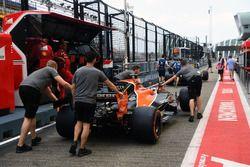 McLaren mechanics, McLaren MCL32 in pit lane