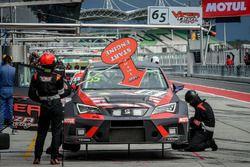 Pit stop, #65 Viper Niza Racing, Seat Leon TC: Douglas Khoo, Naoto Takeda, Takuya Shirasaka, Ate Dir