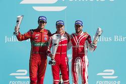 Lucas di Grassi, ABT Schaeffler Audi Sport, Felix Rosenqvist, Mahindra Racing, y Nick Heidfeld, Mahindra Racing, rocía el champán en el podio