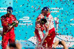 Lucas di Grassi, ABT Schaeffler Audi Sport, e Felix Rosenqvist, Mahindra Racing, spruzzano lo champa