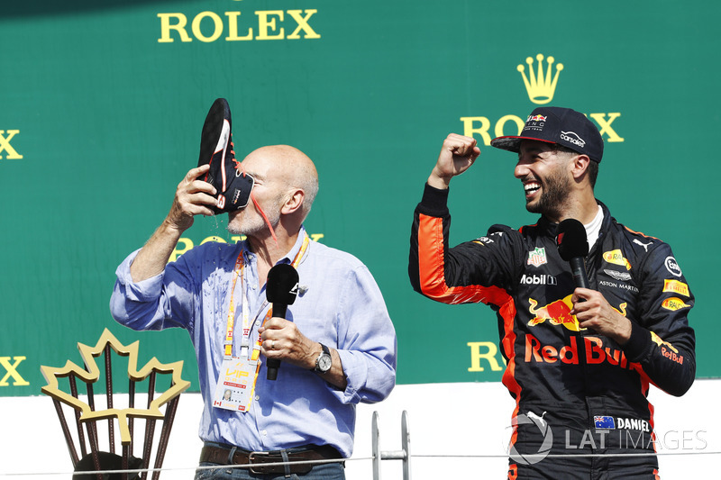 """O terceiro colocado foi Daniel Ricciardo, que fez o ator Patrick Stewart (conhecido por Star Trek e X-Men) provar o já famoso """"shoey""""."""