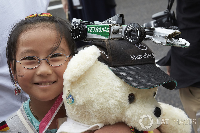 A young fan of Mercedes AMG F1