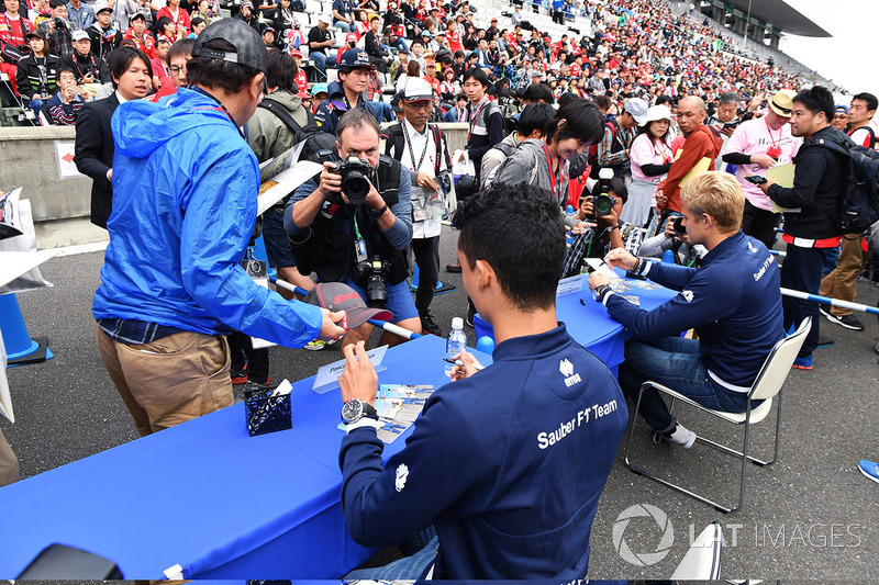 Pascal Wehrlein, Sauber and Marcus Ericsson, Sauber signs autographs for the fans