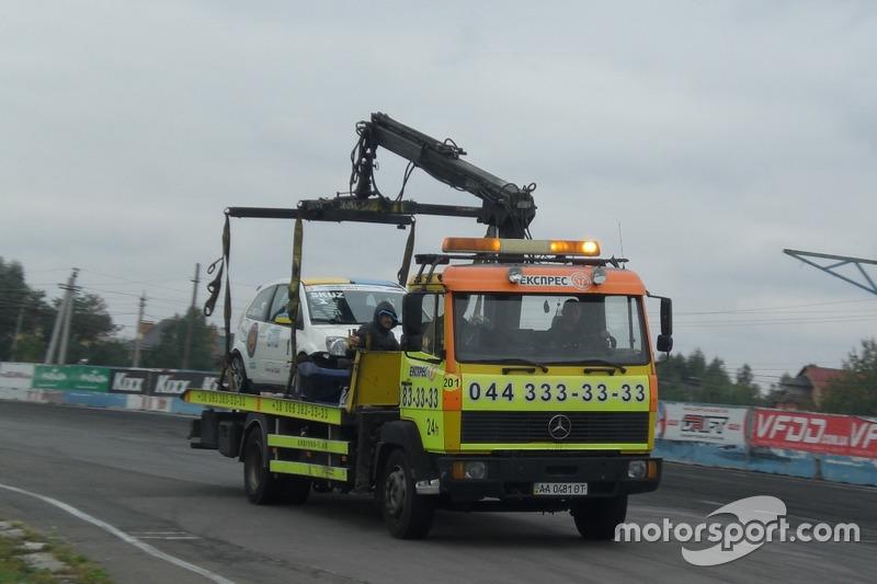 Евакуація машини Ігоря Скуза після аварії