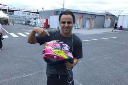 Felipe Massa, Williams con el casco de Sergio Pérez para subasta en pro de los afectados por el terr