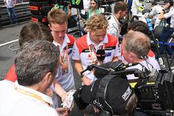 Комментатор Sky Sports F1 Мартин Брандл и победители F1 in Schools