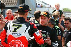Tercero, Chaz Davies, Ducati Team, ganador, Jonathan Rea, Kawasaki Racing se saludan