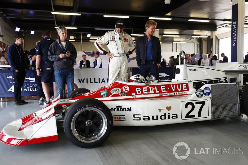 Nico Rosberg, se encuentra junto a un 1977 March 761, compitió en período por Patrick Neve
