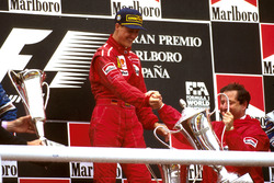 Le vainqueur Michael Schumacher, Ferrari avec Jean Todt, team principal Ferrari