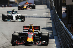 Daniel Ricciardo, Red Bull Racing RB13; Valtteri Bottas, Mercedes AMG F1 W08