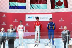 Podium: winnaar Charles Leclerc, PREMA Powerteam, tweede Nyck De Vries, Rapax, derde Nicholas Latifi