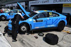 Meccanici a lavoro sulla Volvo di Thed Bjork, Polestar Racing