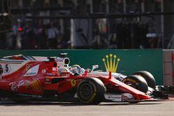 Sebastian Vettel, Ferrari SF70H, en lutte avec Felipe Massa, Williams FW40, au restart