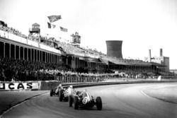 Maurice Trintignant, Cooper T51-Climax, leads Stirling Moss, BRM P25, y Bruce McLaren, Cooper T45-Climax