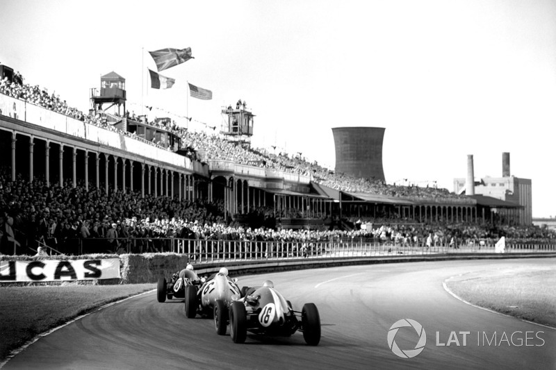 Maurice Trintignant, Cooper T51-Climax, leads Stirling Moss, BRM P25, en Bruce McLaren, Cooper T45-