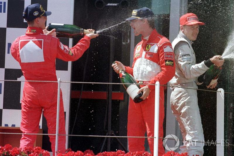 Podio: ganador de la carrera Michael Schumacher, Ferrari, segundo lugar Eddie Irvine, Ferrari, y ter