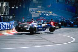 الحادثة خلال انطلاقة سباق جائزة موناكو الكبرى، 1995: دايفيد كولتارد، ويليامز-رينو انحصر ما بين سيارتي فيراري بقيادة غيرهارد بيرغر وجان أليزي