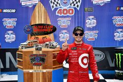 Kyle Larson, Chip Ganassi Racing Chevrolet celebrates his win in Victory Lane