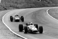 Джек Бребем, Brabham BT24 Repco, попереду Кріса Амона, Ferrari 312