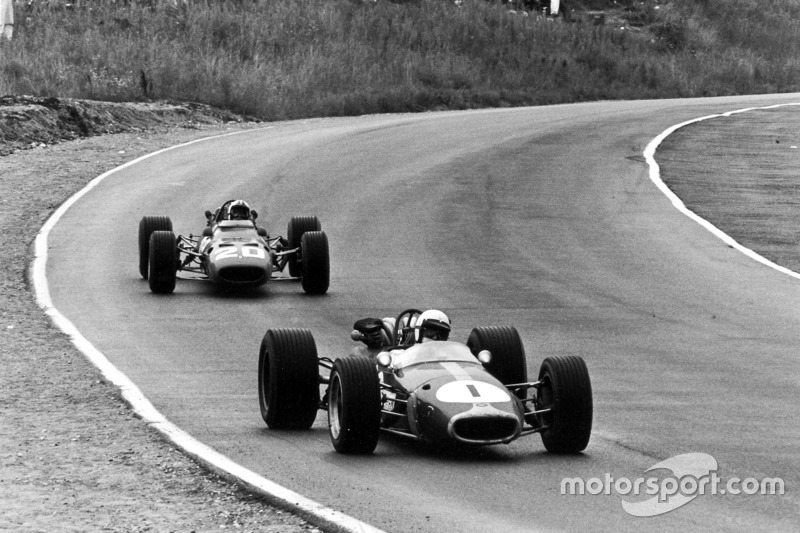 Джек Брэбем, Brabham BT24-Repco, впереди Криса Эймона на Ferrari 312